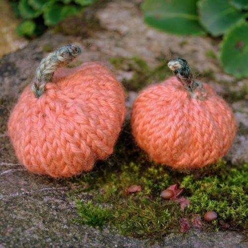 mini knitted pumpkins